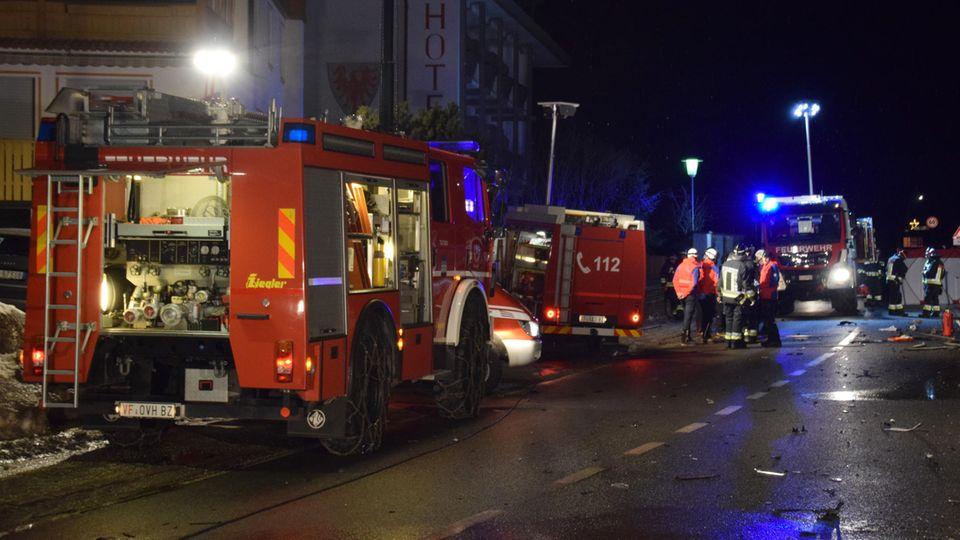 Einsatzkräfte der Freiwilligen Feuerwehr Luttach sichern eine Unfallstelle