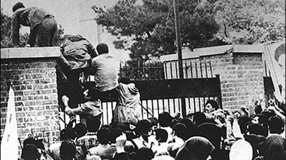 Radikale Studenten stürmen die US-Botschaft in Teheran am 4. November 1979