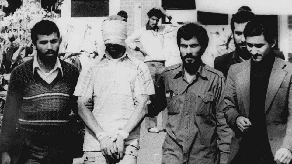 9. November, 1979: Eine der Geiseln (2. v. l.) vor der US-Botschaft in Teheran