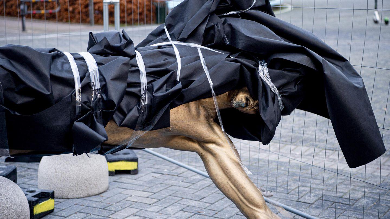 Die Statue des schwedischen Stürmerstars Zlatan Ibrahimovic ist nach einer Beschädigung in einer Plane eingewickelt