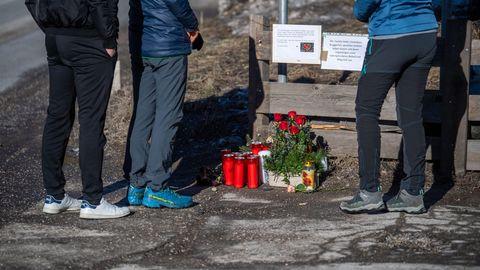 Blumen, Kerzen und Gedenkschmuck liegen am Ort des Unfalls