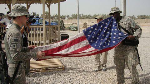 Irak, Najaf: US-Soldaten falten im Militärstützpunkt Scania ihre Flagge zusammen
