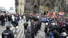 Vor dem Kölner Dom trafen am Samstag WDR-Kritiker und linke Gegendemonstranten aufeinander