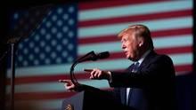 Donald Trump am Rednerpult vor der US-Flagge