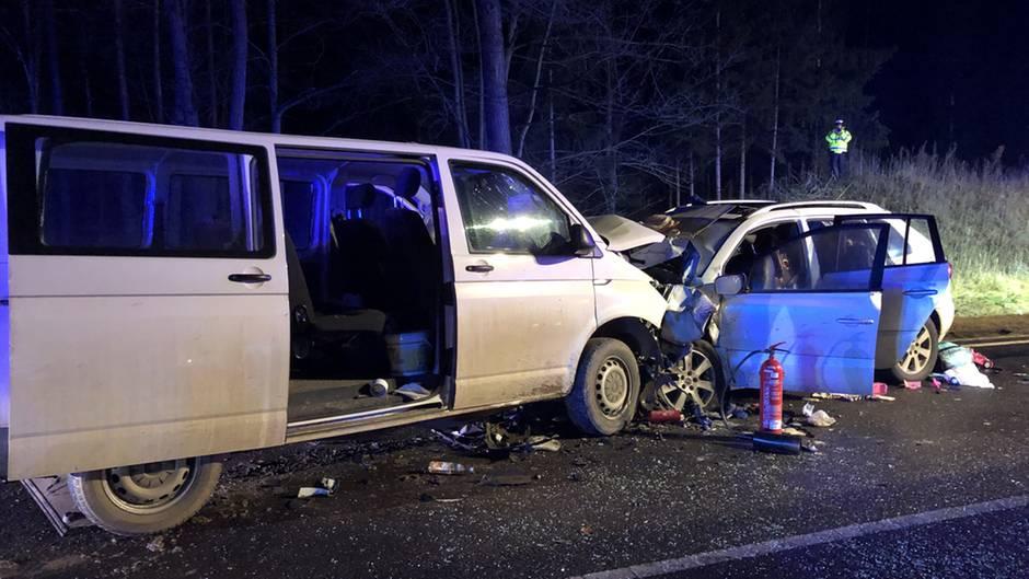 Ein Transporter und ein Auto mit einer fünfköpfigen Familie an Bord sind auf der Bundesstraße 2 in einen tödlichen Unfall verwickelt worden