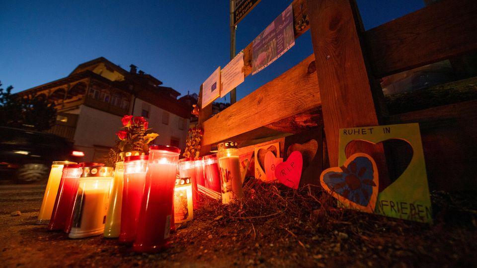 Blumen und Kerzen an der Unfallstelle in Luttach, Südtirol
