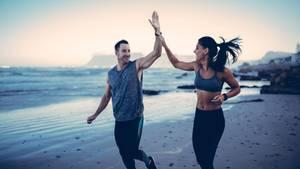 Diätpillen bei Stiftung Warentest: Ein sportliches Paar joggt über einen Strand