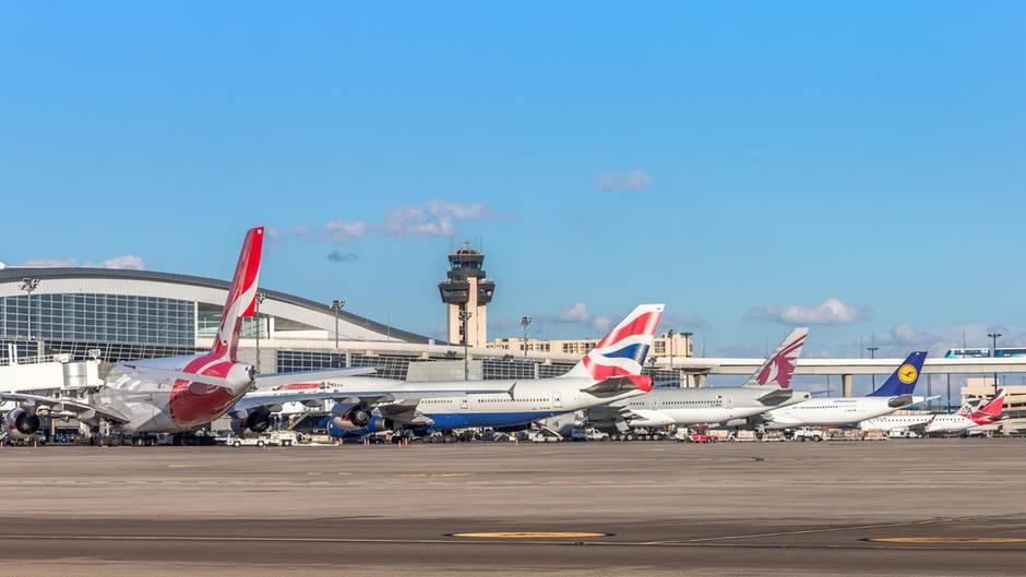 Dallas/Fort Worth mit Jets am Terminal