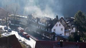 Baiersbronn: Rauch steigt aus dem zum Teil abgebrannten Dachstuhl des drei-Sterne-Restaurants «Schwarzwaldstube» auf