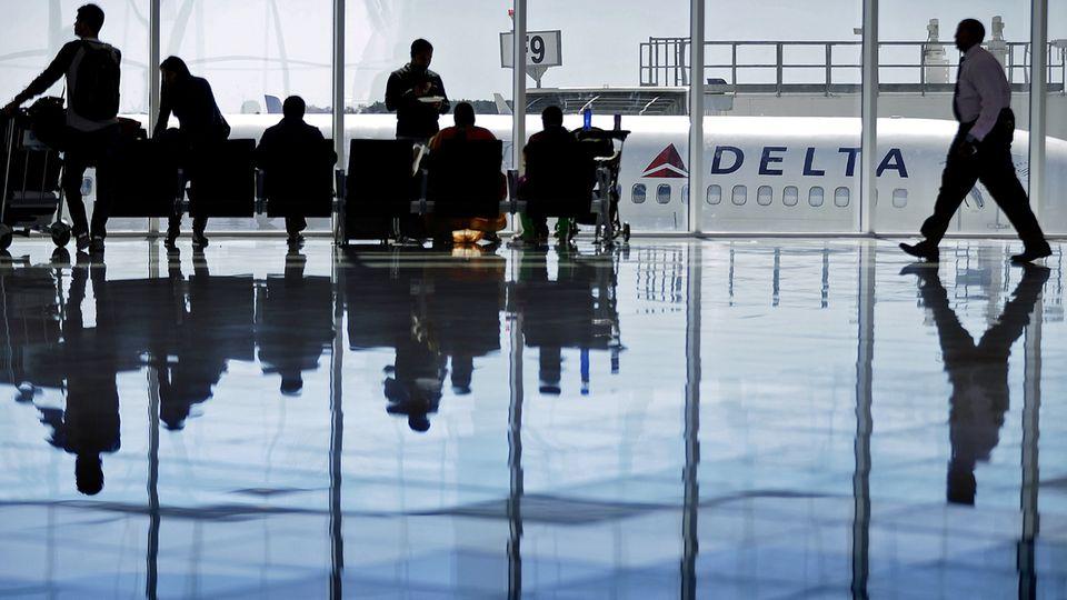 Passagiere im terimnal des Hartsfield–Jackson Atlanta International Airport