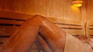 Verschwitzte Beine in der Sauna