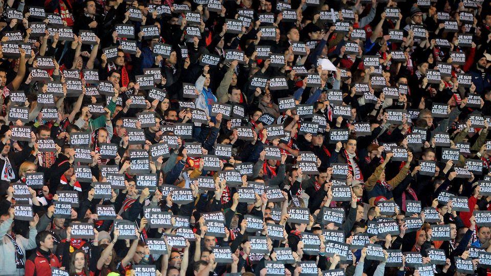 """Anschlag auf """"Charlie Hebdo"""": Französische Fußball-Fans bekunden ihre Solidarität mit den Opfern"""