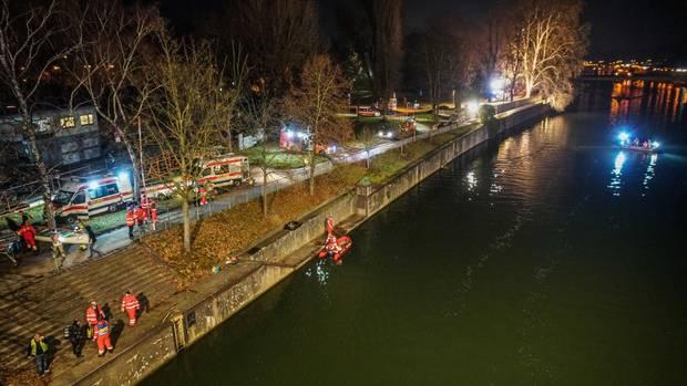 Rettungskräfte suchen im Neckar nach einer Person. Später haben sie einen Mann tot aus dem Neckar geborgen.