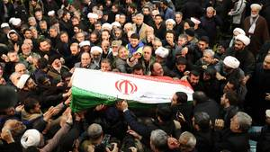 Der Sarg des iranischen Generals Ghassem Soleimani wird von Trauernden getragen