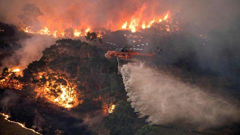 Ein Hubschrauber über dem Flammenmeer