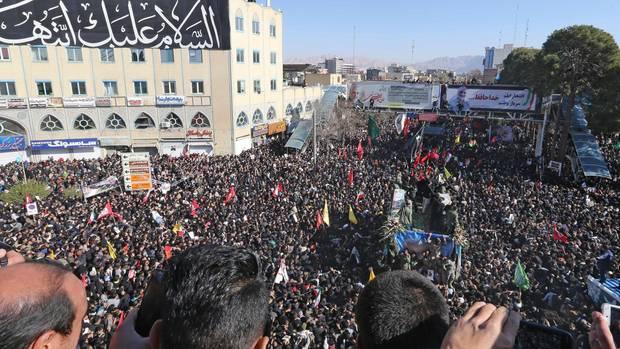 Hunderttausende Menschen haben sich in der Stadt Kerman versammelt
