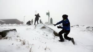 Kinde bewerfen sich mit Schnee
