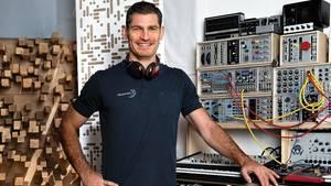 Henning Fritz, 45, in einem Tonstudio in Heidelberg, wo er Musik zur Regeneration produziert