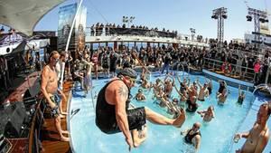 Hardrock-Fans planschen im Pool