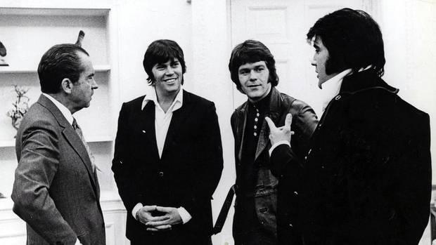 Elvis mit Jerry Schilling, Sonny West und Präsident Nixon