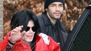 Michael Jackson 2006 bei seinem Besuch in Hamburg. Im Hintergrund Anton Schleiter, in dessen Haus im Stadtteil Niendorf der Sänger wohnte.