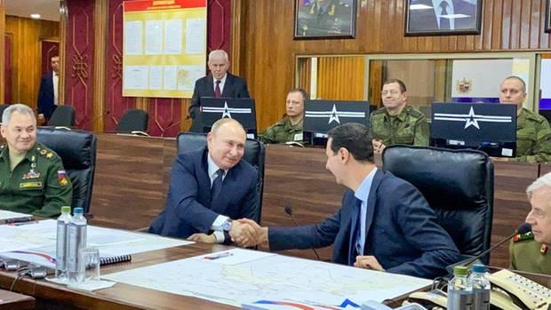 Syriens Präsident Baschar al-Assad (r.) und Russlands Staatschef Wladimir Putin geben sich die Hand