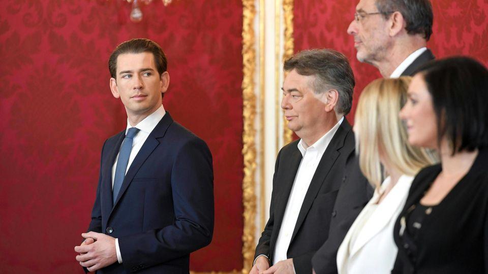 Sebastian Kurz und Minister bei der Vereidigung