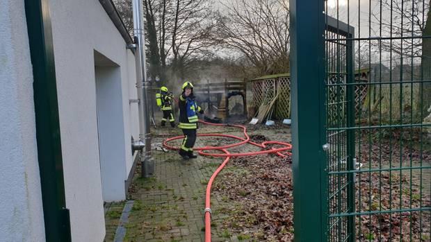 Nachrichten aus Deutschland: Ein Feuerwehrmann bei der Brandbekämpfung