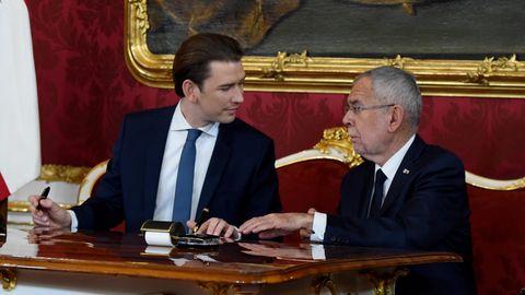 Zwei Männer unterschreiben Dokumente
