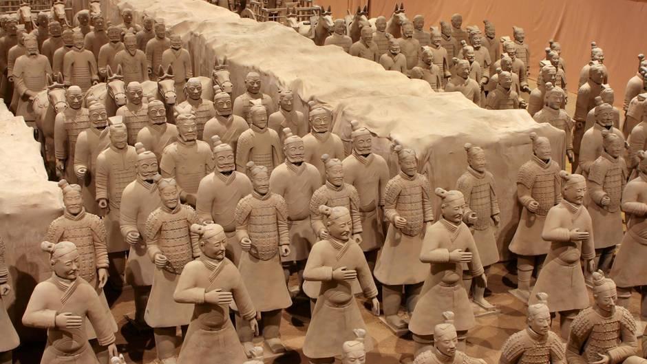 Tausende Soldaten bewachen den toten Kaiser.