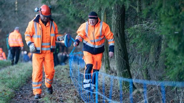 Arbeiter begannen mit dem Aufbau des Schutzzaunes zu Polen