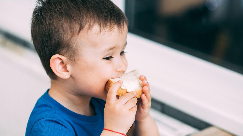 Junge isst ein Butterbrot
