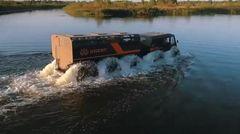 """Im Wasser """"paddelt"""" der Sherp mit den Reifen voran, einen Propeller gibt es nicht."""