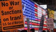 Ein Plakat fordert: Kein Krieg gegen den Iran und keine Sanktionen