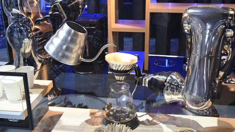 Roboter gießen Kaffee ein