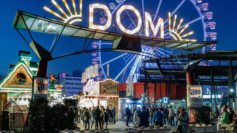 Der Hamburger Dom findet dreimal im Jahr statt - hier ein Foto vom Frühlingsdom 2019. Der Wahrsager-Wagen vonEsmeralda Rosenberg ist eine feste Größe auf dem Volksfest.