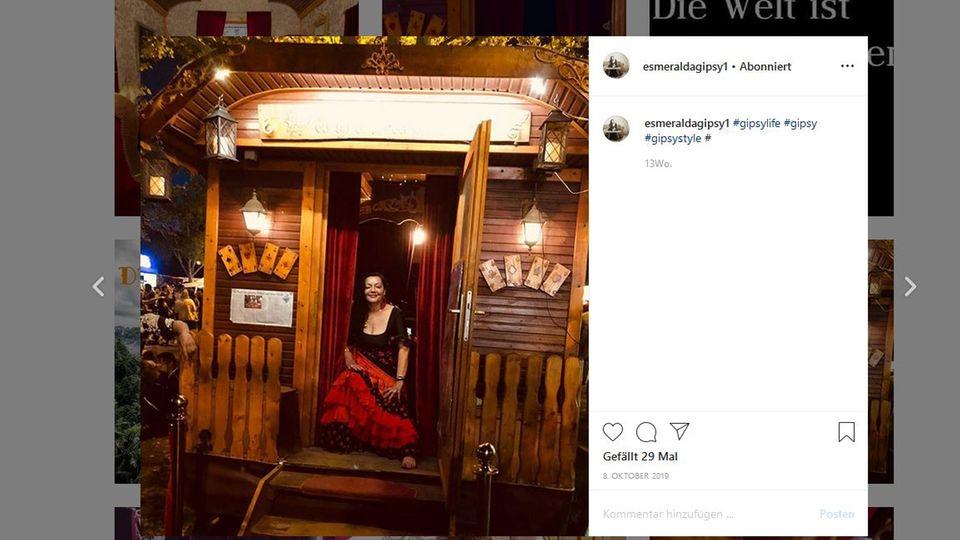 Esmeralda Rosenberg auf Instagram vor ihrem Wagen