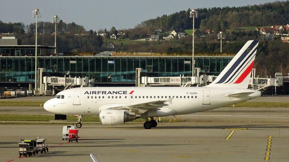 Airbus A318 von Air France rollt zum Standplatz