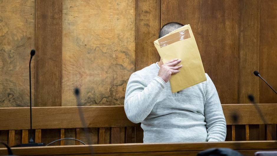 Jackson S. soll die 34-Jährige in Voerde ins Gleisbett geschubst haben