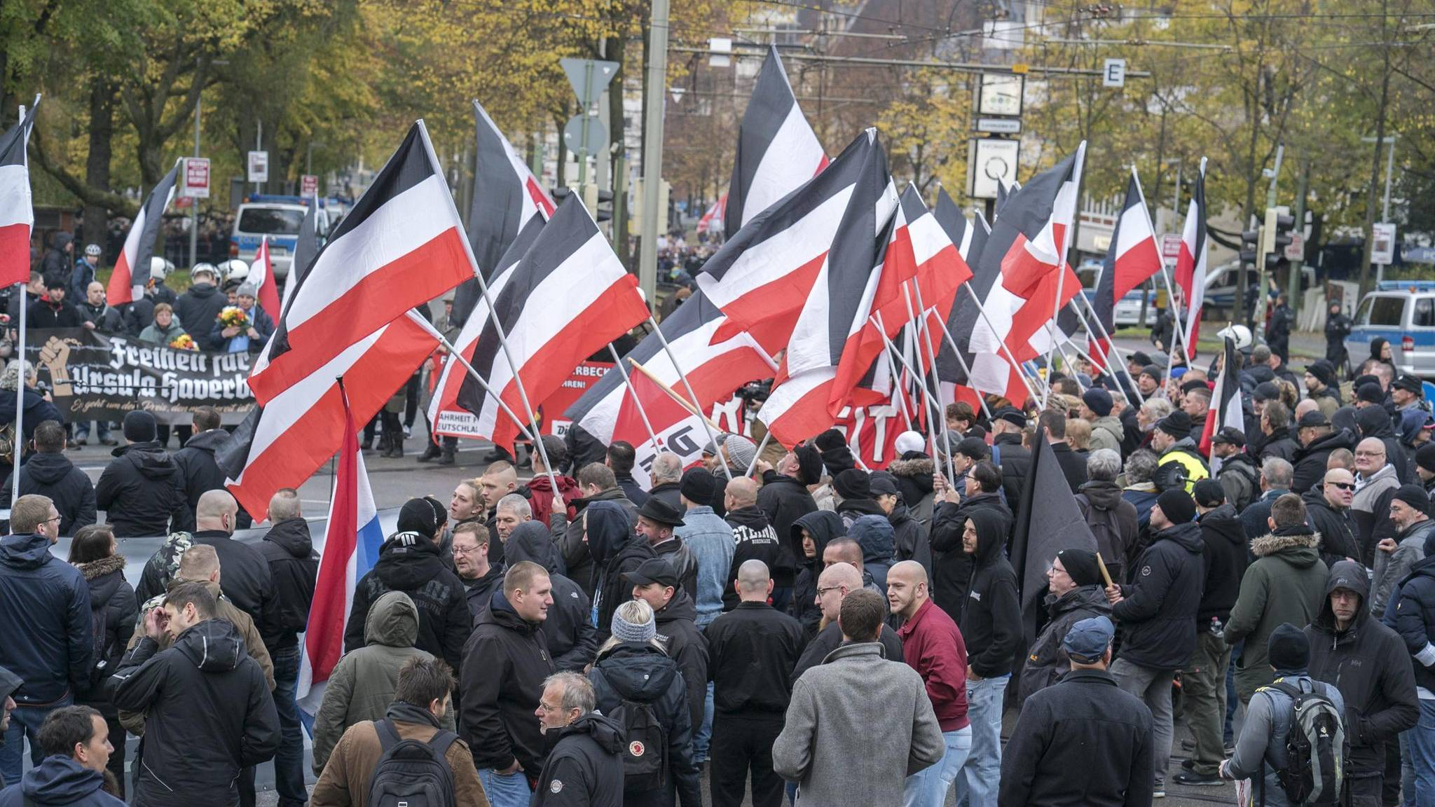 """Bildergebnis für rechtsradikale vor haus von bürgermeister"""""""