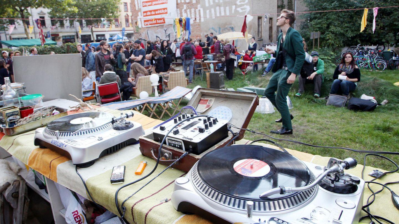 Place to go: Ein junger Mann tanzt auf einem Straßenfest in Leipzig-Plagwitz