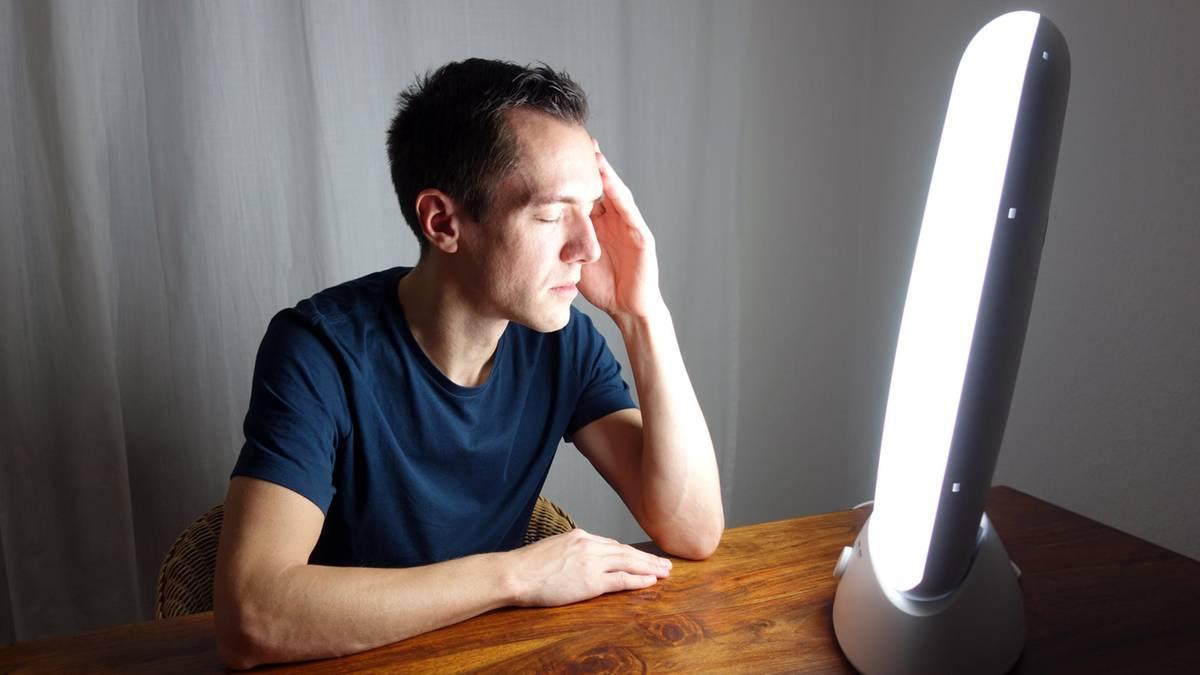 Lichttherapie: Wie eine Tageslichtlampe Winterdepressionen entgegenwirken kann