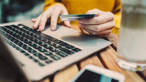 Frau beim Onlinebanking