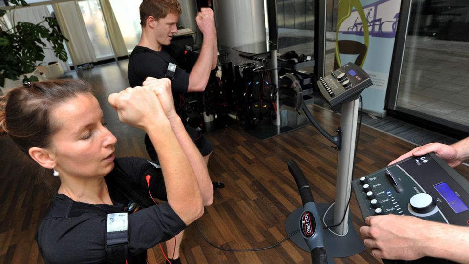 EMS-Training: Zwei Sportler während einer Trainingseinheit