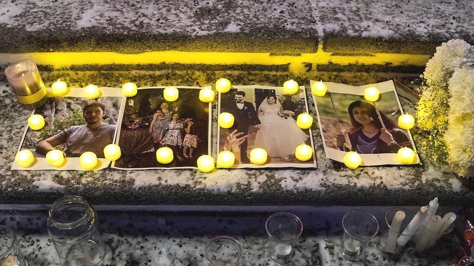 Vor dem Parlamenstgebäude in Edmonton haben Trauernde eine kleine Gedenkstätte für die Absturzopfer errichtet