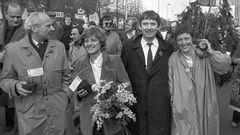 Bonn: Die Abgeordneten der Grünen (von links nach rechts) Gert Bastian, Petra Kelly, Otto Schily und Marieluise Beck-Oberdorf, begleitet von rund 200 Sympathisanten, am 29. März 1983 auf dem Weg zum Bundesparlament