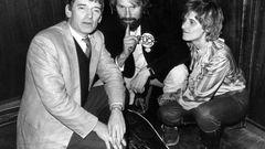 Am 6. März 1983 gelang den Grünenmit 5,6 Prozent der Stimmen erstmals der Sprung in den Bundestag. Hier zeihen sich die Grünen-Politiker (von links und rechts) Otto Schily, Lukas Beckmann und Petra Kelly am Wahlabend in der Godesberger Stadthalle zu einer Beratung zurück.