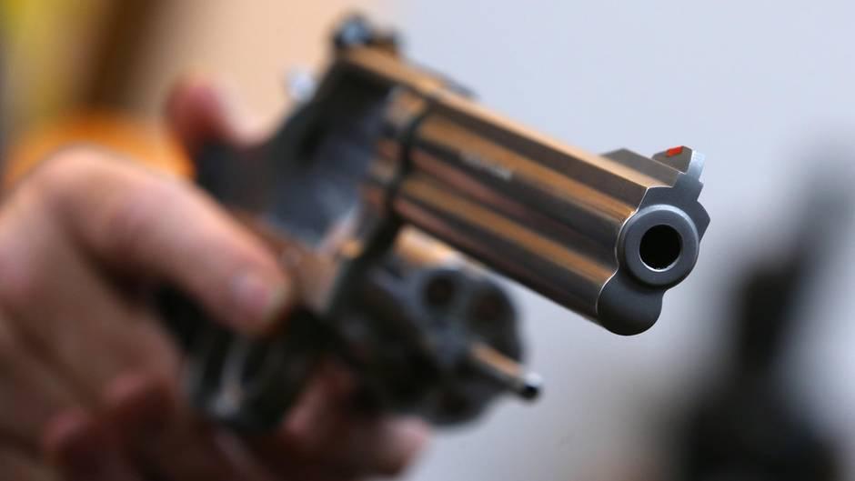 Der Politiker hatte die vier jungen Männer vor dem Schuss mit seinem Revolver bedroht