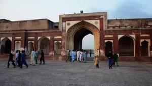 Touristen besuchen das Lahore Fort