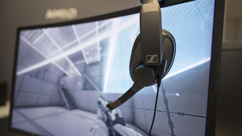 Ein Gaming-Headset hängt an einem Monitor: Die beiden Zocker leben rund 8000 Kilometer voneinander entfernt